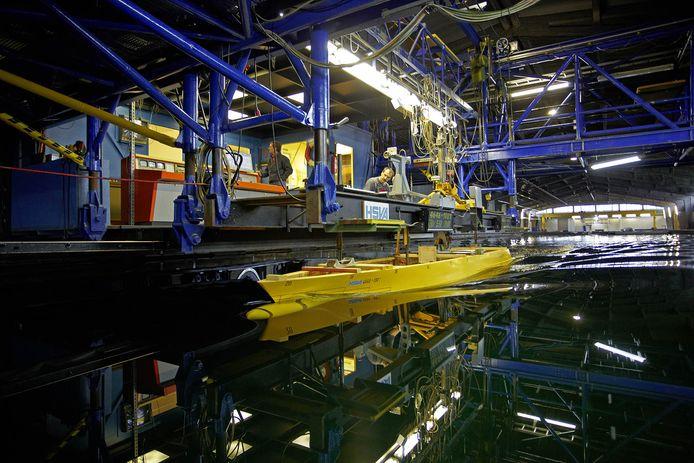 De testlocatie van HSVA in Hamburg waar een schaalmodel van het Duitse fregat wordt getest.