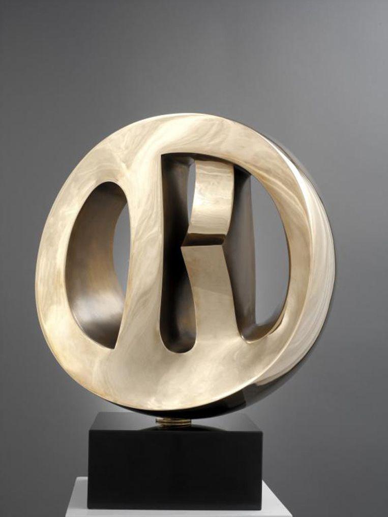 'Licht en Schaduw', een werk van Hilde Van Sumere. Het stuk bestaat uit brons, de sokkel uit zwart marmer. Beeld hildevansumere.com