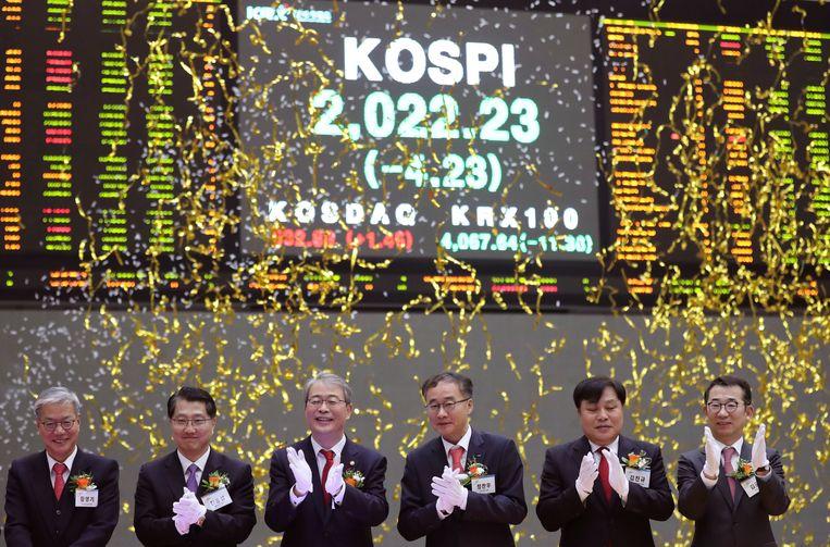 Seoul, 29 december: personeel van de Zuid-Koreaanse beurs wordt onder grote belangstelling van de pers bedolven onder de confetti om de goede resultaten van 2016 te vieren.  Beeld AP