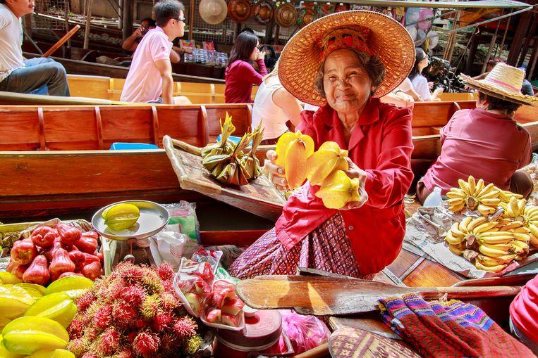 Een marktverkoopster in Damnoen Saduak, Thailand. Als Director of Taste voor Vibrant Vegan Co. reis je de wereld rond op zoek naar nieuwe veganistische smaken en ingrediënten.