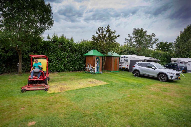 Grasonderhoud op camping De Grebbelinie in Resnwoude. Beeld Werry Crone