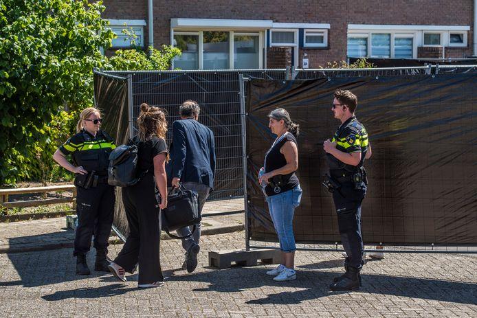 Politieonderzoek in april 2020 aan Jan Vermeerstraat in Haaksbergen, waar baby Ivo is overleden.
