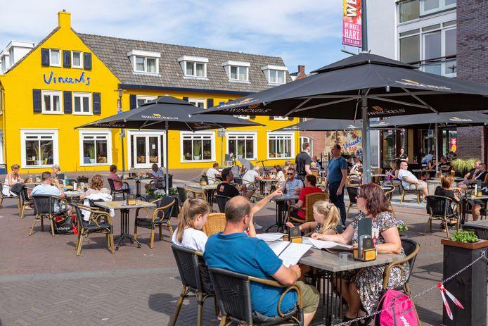 Als de terrassen weer open gaan, kunnen bezoekers bij wijze van proef op vrijdag en zaterdag een uurtje langer blijven hangen op de terrassen van Etten-Leur.