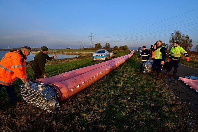 Medewerkers van waterschap Brabantse Delta en Defensie oefenen aan de Noordlandseweg in Bergen op Zoom met een mobiele noodwaterkering. Doel van de oefening is voorbereid zijn op een mogelijk gebruik van het Volkerak Zoommeer als waterbuffer. Dit was in 2019, het waterschap heeft zeker twee keer per jaar rampenoefeningen.