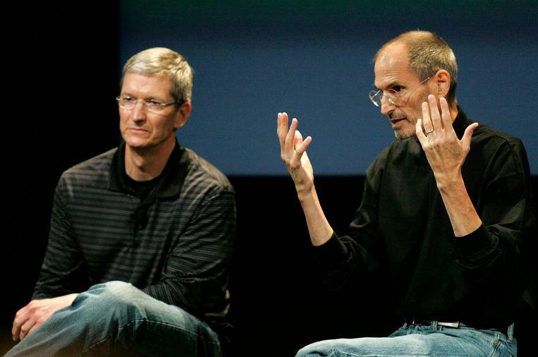 Wijlen Apple CEO Steve Jobs (rechts) en Tim Cook, op dat moment COO, tijdens een interview over problemen met de iPhone 4 in 2010. Een jaar later neemt Jobs ontslag als CEO en schuift hij zijn trouwe luitenant Tim Cook naar voor als zijn opvolger. Beeld REUTERS