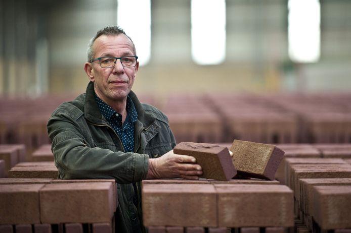 Bedrijfsleider Joop IJsvelt uit Kekerdom haalt met Gert Peters, Herbert Thijssen en Wim Leenders herinneringen op. Ze werkten samen opgeteld 122 jaar in de steenfabriek.