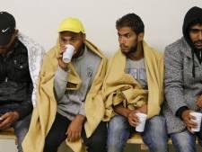 Duizenden vluchtelingen lopen grens Oostenrijk over