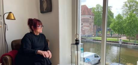 Binnenkijken bij Janneke aan de stadsgracht: 'Achter deze kast zaten vroeger Joden verstopt'