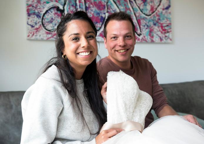 Sacha van Leeuwen en echtgenoot Jan Pennewaard met de bruidsjurk die ze droeg bij hun huwelijk in Sri Lanka.