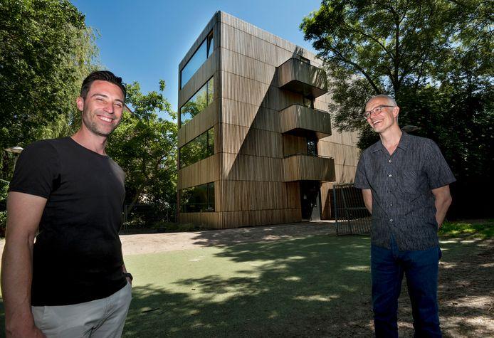 Rob van Bijnen (links), bewoner van het appartementencomplex aan de Monicahof, dat geheel uit vurenhout in opgetrokken. Rechts architect Ramin Visch.