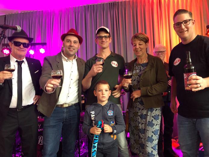 Een toast op Willem van Erven met het bier 'k Wil 'm door Blues Brothers Jan, Ronald van Erven, Rob Snoeren, Elisabeth van Erven, Peter Snoeren (vlnr) en (onder) Morgan.