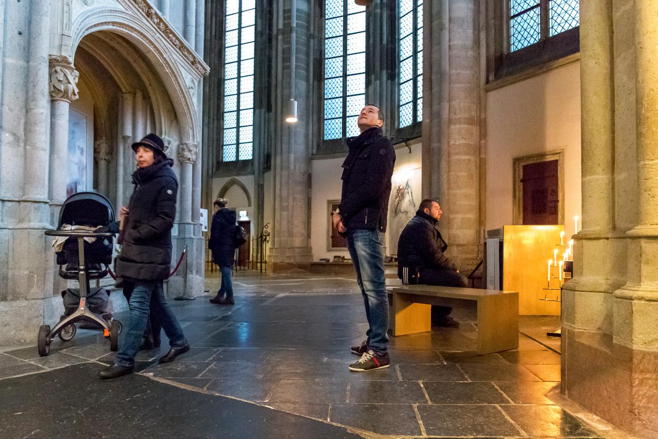 Bezoekers bewonderen de Domkerk.