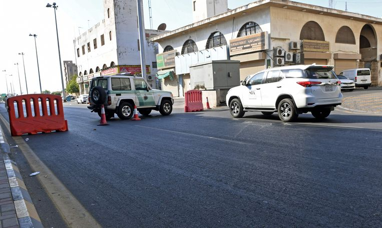 De Saoedische politie heeft de toegangswegen naar de begraafplaats in het centrum van de stad afgesloten. Beeld AFP