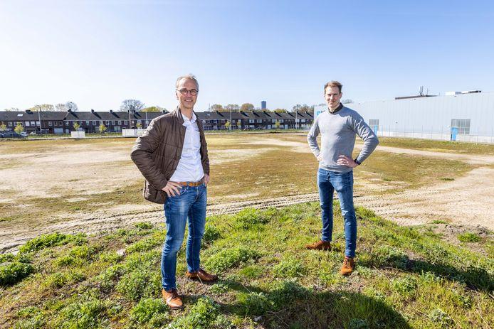 Boris Kwantes (links) en Martijn van Eerd op het terrein van de toekomstige, tweede vestiging van verpakkingsproducent Van Eerd.  Op de achtergrond woonhuizen aan de Ringbaan Noord.