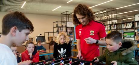 GA Eagles-speler Corboz deelt liefde voor boeken met scholieren: 'Voetballers lezen meer dan je denkt'