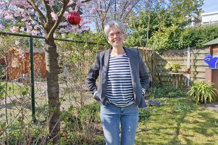 Monique Peters uit Geldrop is een van de vele vrouwen die nare bijwerkingen kreeg van een implantaat, een bandje tegen stress-incontinentie. Weghalen in Nederland gaat niet. Daarvoor moet ze nu naar de VS.