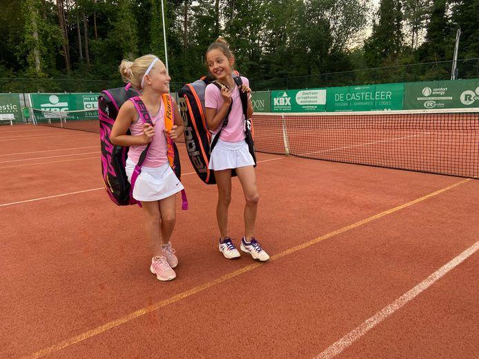 Annelou Campforts en Leonie Bosch, twee van de 247 jeugdleden van Kastelse Tennis.