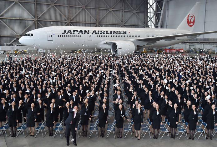 Personeel van Japan Airlines viert feest.