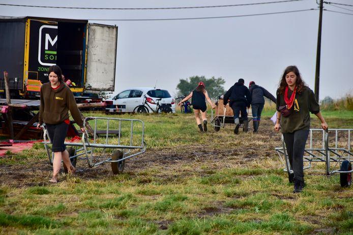 Na de zondvloed op hun kampplaats in Dranouter probeerde de leiding van KSA Mortsel te redden wat er te redden viel.