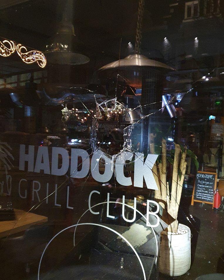 Het raam van een restaurant is ingegooid. Beeld Politie Amstelveen