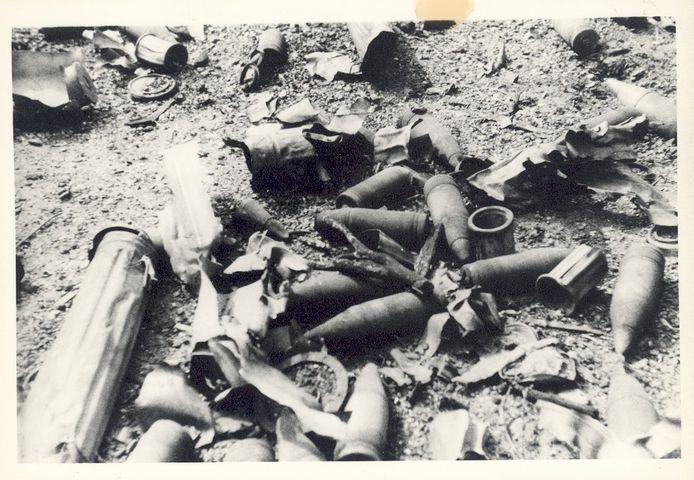 Duitse 7,5 cm-granaten en hun verpakkingen, gefotografeerd nadat de wegtrekkende Duitsers een deel van het depot in de lucht hadden laten vliegen in de nacht van 16 april 1945.