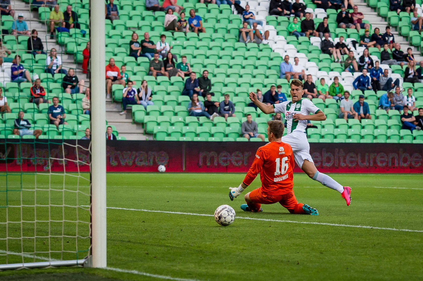 Kian Slor van FC Groningen in duel met Michael Brouwer van Heracles tijdens de eerste oefenwedstrijd van FC Groningen tegen Heracles ter voorbereiding op het seizoen 2020-2021.