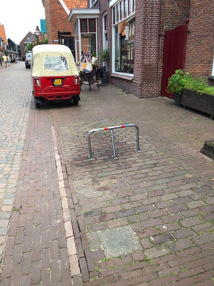 Blauwe zone parkeerplek voor de Ootmarsumse deur verdwenen? Geen nood, dan plaats je gewoon een afsluitbaar parkeerhek.