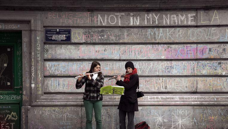 Straatmuzikanten brengen hulde aan de slachtoffers van de aanslagen in Brussel op 22 maart. Beeld Photo News