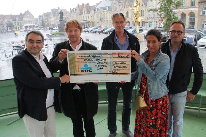 Yves Miroir, voorzitter van het comité Stadrandsbos, Andy Vermaut, Guido Vandenbroucke van Buitengoed en de ouders van Charlotte.