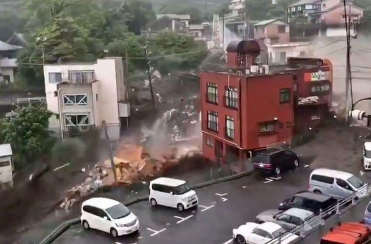 Beelden van de aardverschuiving met modderstroom in Atami, in de Japanse regio Shizuoka. Beeld via REUTERS