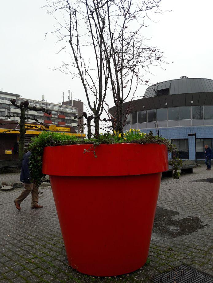 De grote rode bloempotten in het stadshart van Hardenberg krijgen een facelift. Ze worden zwart of goud overgeschilderd en krijgen extra beplanting, zodat er bloemen zijn te zien het jaar rond. Ook komen er richtingaanwijzers in festival-stijl in te staan.