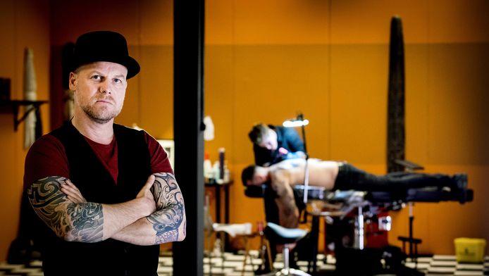 Marco Roelofs, frontman van de gestopte punkgroep De Heideroosjes, presenteert Ink Master.