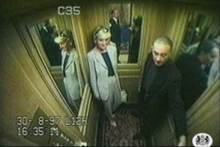 Prinses Diana voor het ongeluk in de lift met Dodi Fayed. Beeld EPA
