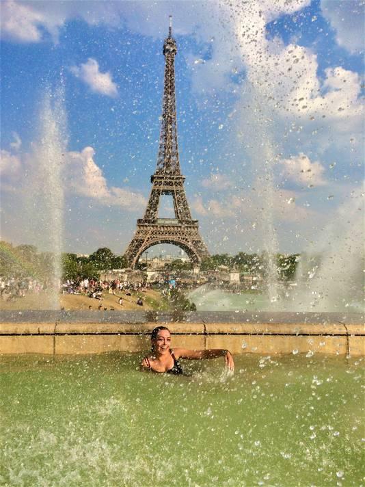 Toen Parijs alleen nog oranje zag van de hitte, vond Manouk een heerlijk koel plekje om de Eiffeltoren te kunnen bewonderen.