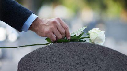 """George rouwt 30 jaar (!) bij verkeerd graf van overleden dochter: """"Zerk stond plots elders"""""""