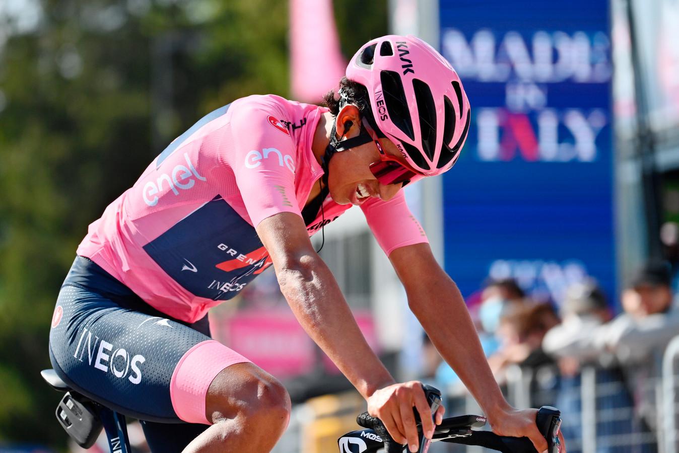 Egan Bernal komt over de finish in de 17de etappe van de Giro.