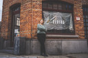 Archiefbeeld: Kim Oosterlinck voor haar zaak in de Sint-Lievenspoortstraat net voor de opening. Inmiddels draait het eetcafé op volle toeren.