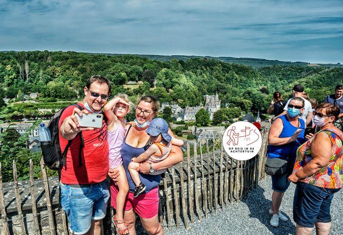 Toeristen nemen foto's bij de uitzichttoren van Durbuy. Archiefbeeld ter illustratie.