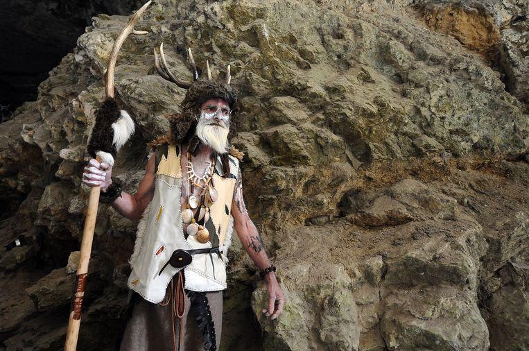 Een acteur in de Franse Mas d'Azil-grot. We gingen er lang vanuit dat de oer-Europeaan blank was, maar dat was fout gedacht.  Beeld AFP