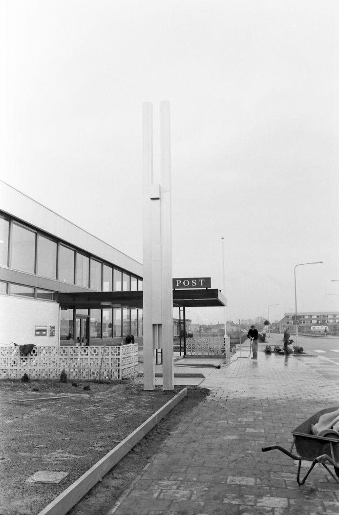 Het kunstwerk bij de opening van het Raalter postkantoor in 1967. Het werk van Willem Hussem verbeeldt een mens met naar boven uitgestrekte armen.