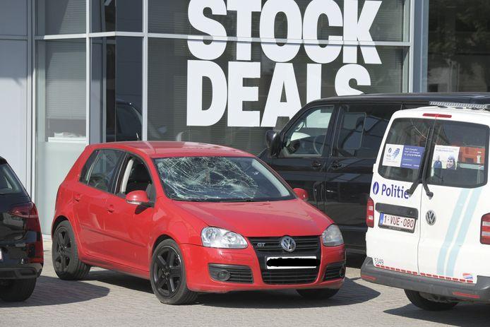 Tijdens een vechtpartij in de Groeningenlei werd de voorruit van een rode Volkswagen beschadigd. De politie onderzoekt mogelijke oorzaken voor het incident.