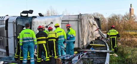 Vrachtwagen kantelt op A27 bij afrit Breda, chauffeur bevrijd