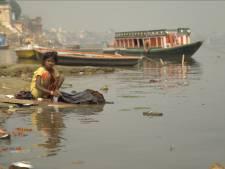 Toeristen ontzet door dode vrouw in Ganges, Indiërs kijken niet op of om