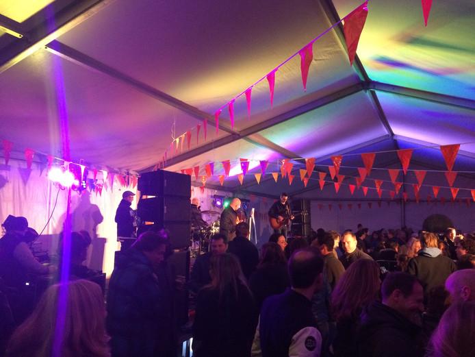 Koningsnacht Nuenen: een gouden greep, de in allerijl geplaatste feesttent in het Park in Nuenen. Stichting Parkevenementen durfde de nek uit te steken en een volle en hele gezellige tent was het resultaat.