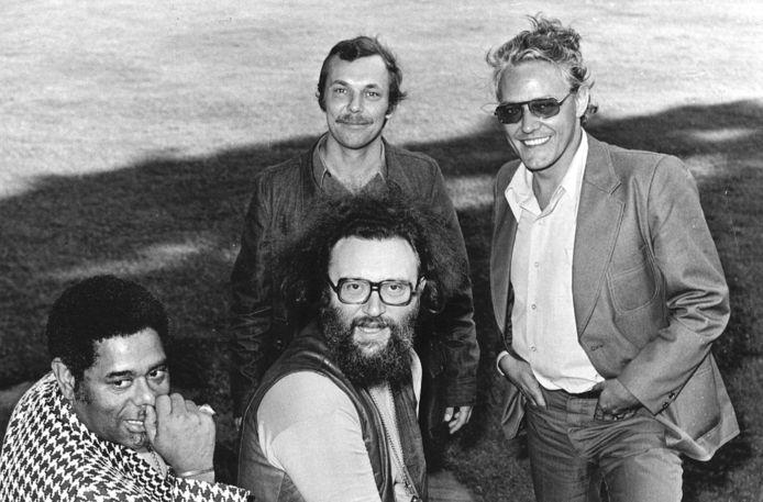 Aad Bos (linksachter), voormalig radiopresentator en muzieksamensteller bij de VARA, is na een kort ziekbed op 88-jarige leeftijd in zijn woonplaats Laren overleden.