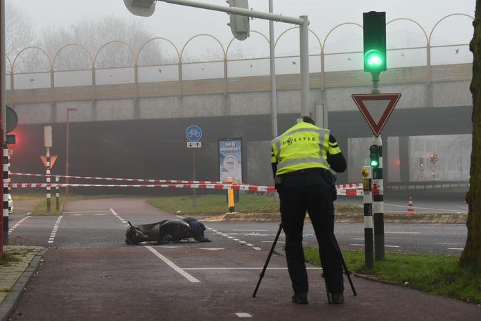 De politie doet onderzoek naar het ongeval op de 't Goylaan Utrecht ongeluk waterlinieweg scooter