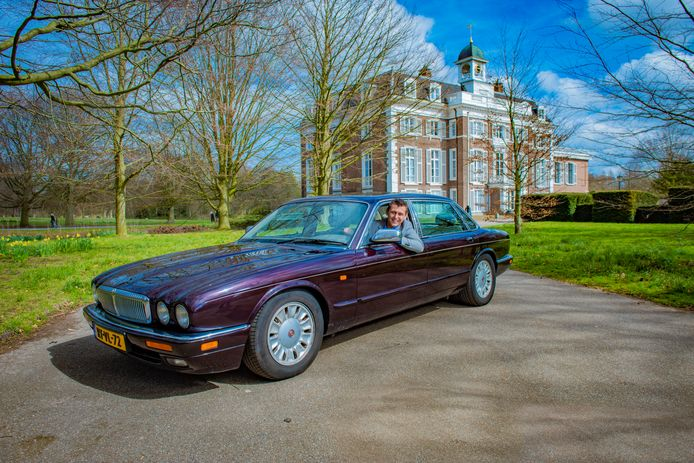 Corné Kelfkens in zijn geliefde Daimler 4.0 Long Wheel Base.