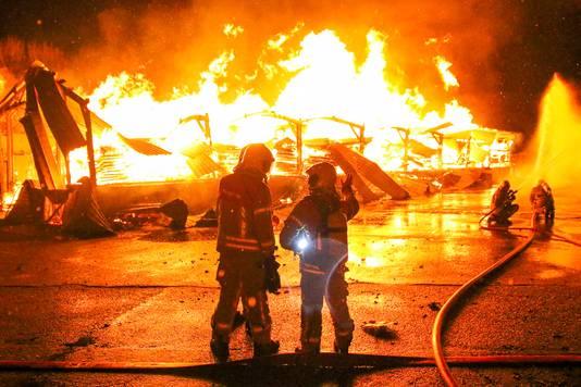 De brandweer bluste aanvankelijk maar met twee slangen.
