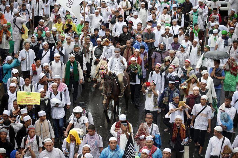 Moslims in Jakarta tijdens de gebedsbijeenkomst op vrijdag. Beeld null