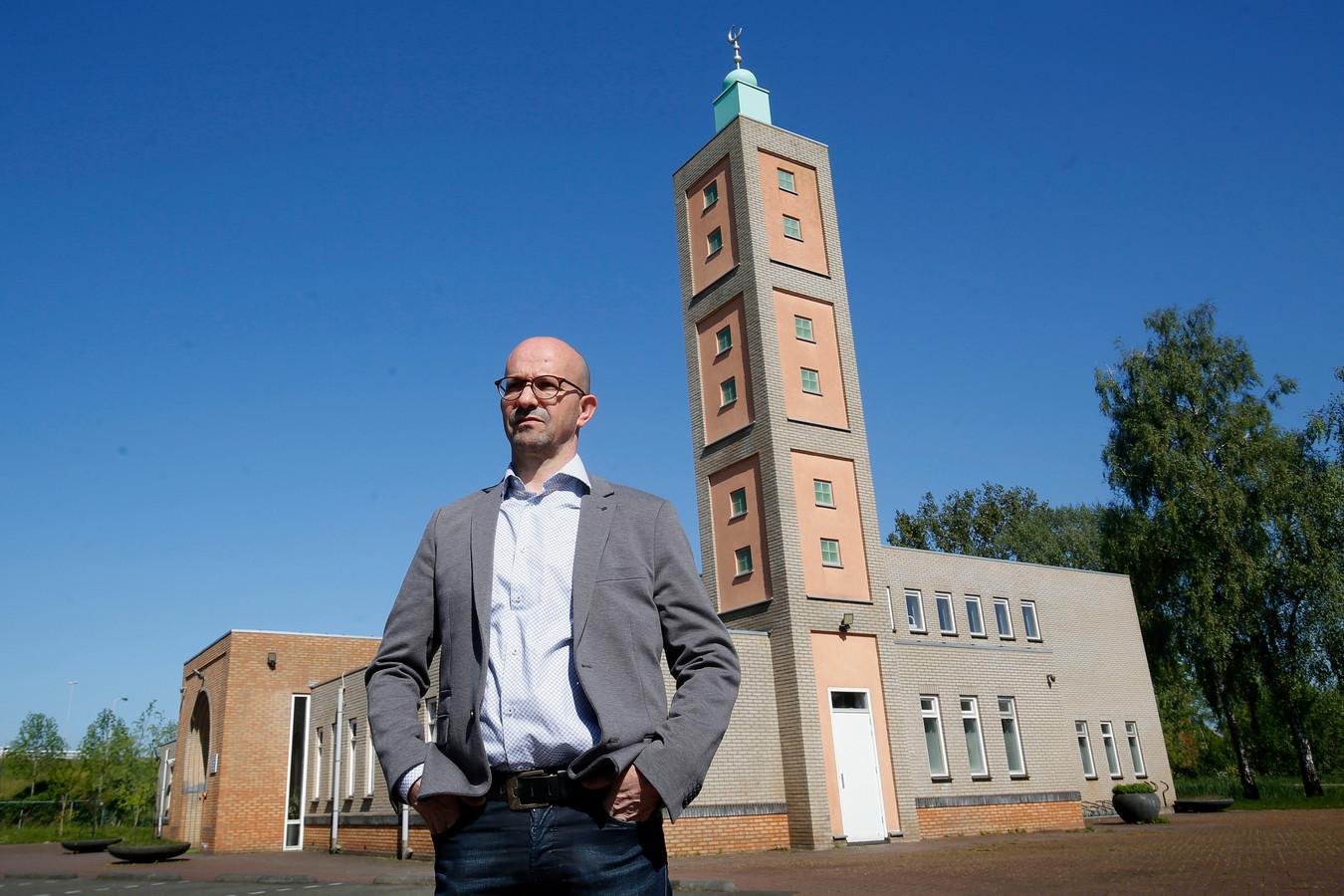 Omar Sellami voor moskee Annasr in Gorinchem: een plek waar zijn moeder zeer vaak te vinden was.